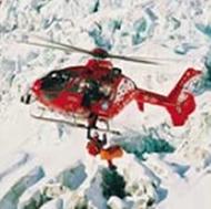 Helicoptero de rescate con equipo de rescate de montaña y nieve